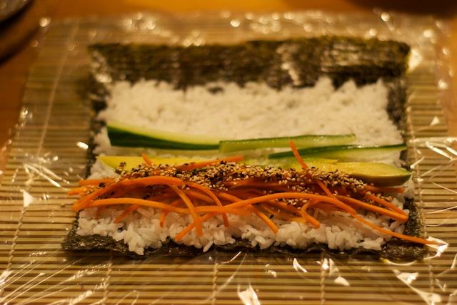 Noriblatt mit Reis und gewünschter Füllung belegen