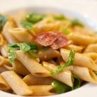 Pasta mit Salami und Rucola