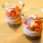 Käsekuchen im Glas mit Erdbeeren