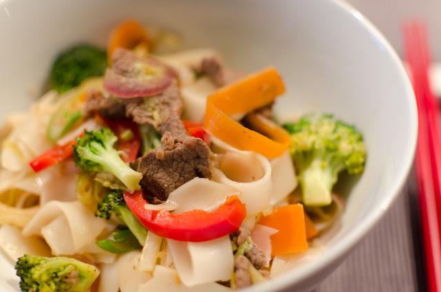 Rindfleisch mit Reisnudeln und Gemüse