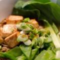 Soba-Nudelsuppe mit grünem Gemüse