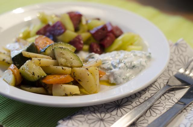 Gemüse im Pergamentpapier mit Sucuk und Joghurt