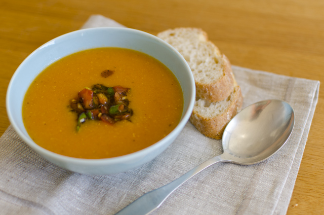 Rote Linsensuppe mit Tomaten-Topping