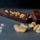 Schokolade mit Walnuss-Karamell und Meersalz