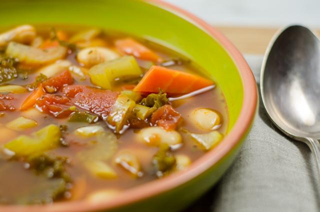 Gemüsesuppe mit Bohnen und Klößchen