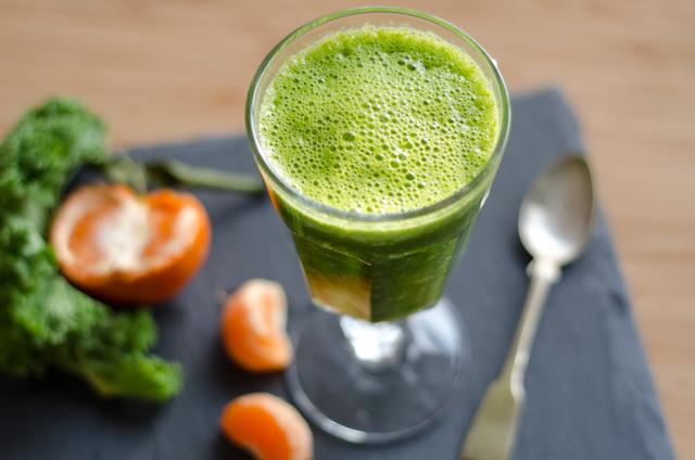 Grüner Smoothie mit Grünkohl und Maracuja
