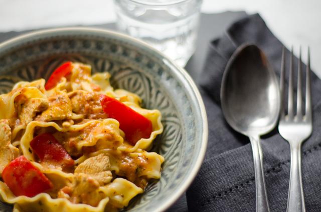 Pasta mit Tomaten-Sahne-Sauce und Huhn