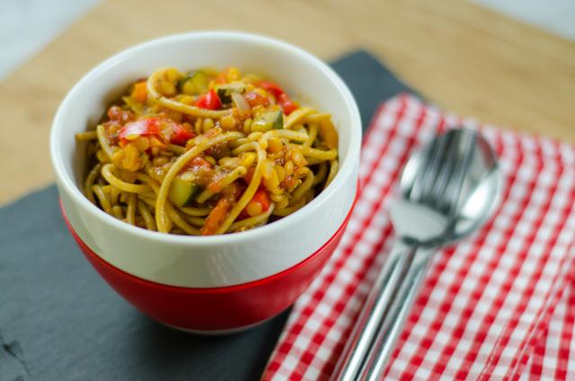 Pasta mit roten Linsen, Tomaten und Gemüse