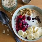 Porridge mit Beeren, Banane und Nüssen