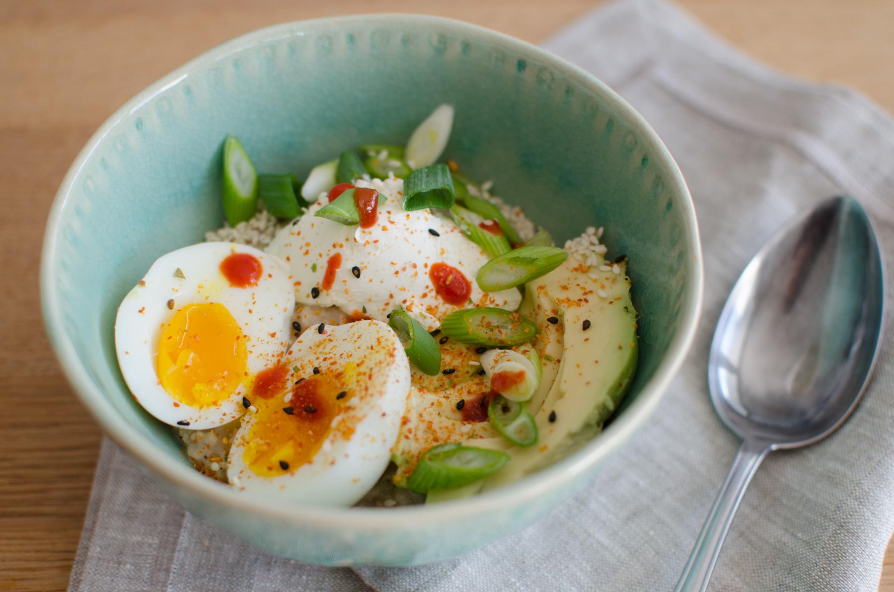 pikanter Porridge mit Ei, Avocado, Zwiebel und Chili
